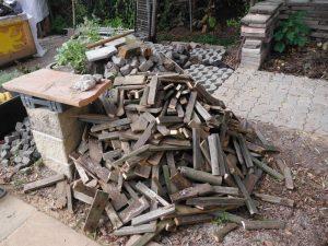 Genug Holz für die Feuerschale an kühlen Herbsttagen.